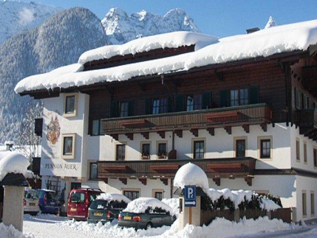 Pension Auer im Winter. Skifahren in Lofer
