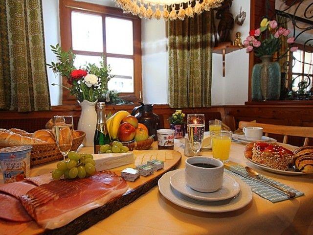 Reichhaltiges Frühstück in der Pension