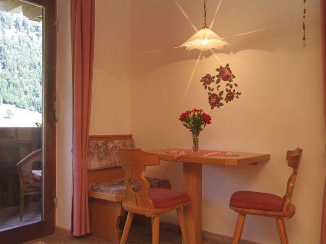 Wohnraum mit Balkon - Ferienwohnungen Kröpflhof