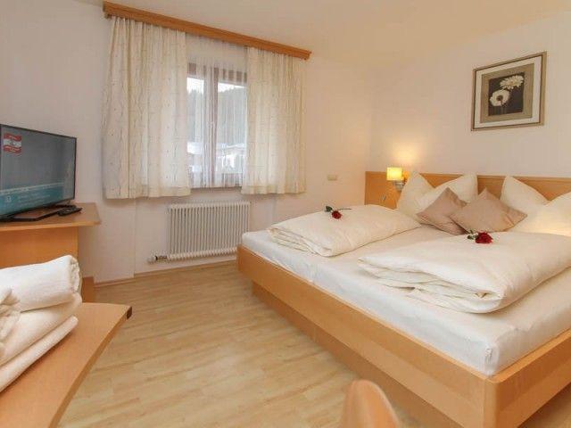Schlafzimmer mit Doppelbett Ferienwohnung 2