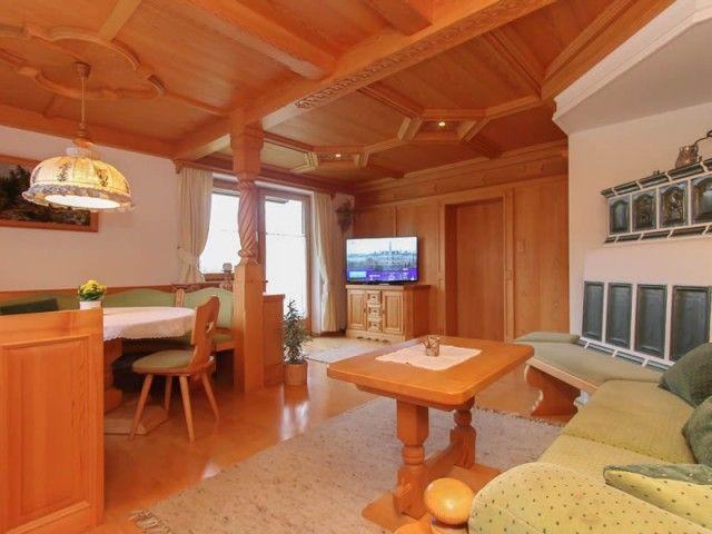 Wohnzimmer mit gemütlichem Kachelofen in Ferienwoh