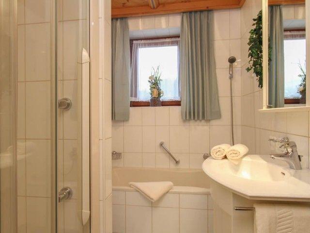 Badezimmer mit Dusche und Badewanne Ferienwohnung