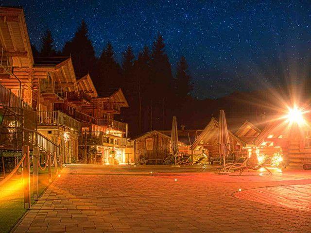Huettendorf_Hof_Nacht_neu_klein.jpg
