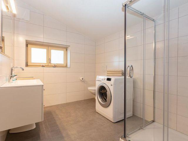 badezimmer-waschbecken-waschmaschine.jpg