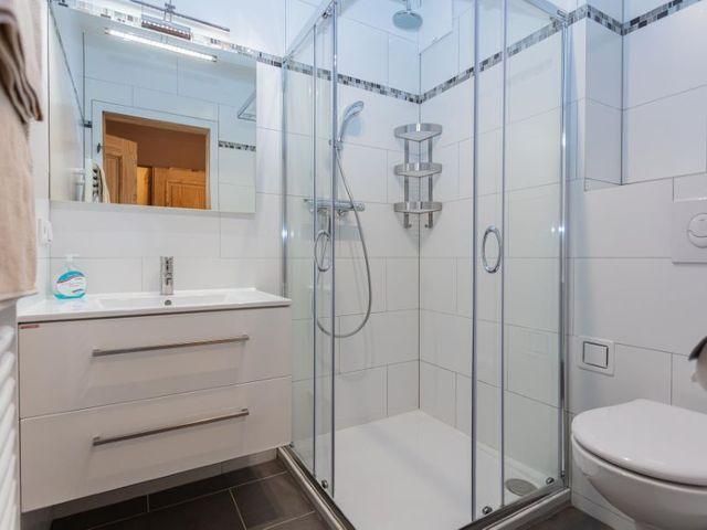 Badezimmer-dusche-toilette.jpg