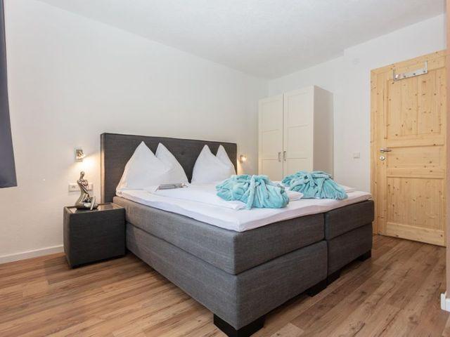 boxspringbett-schlafzimmer-ferienwohnung-lofer.jpg