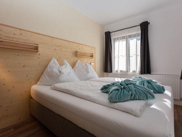 doppelbett-schlafzimmer-ferienwohnung-lofer.jpg