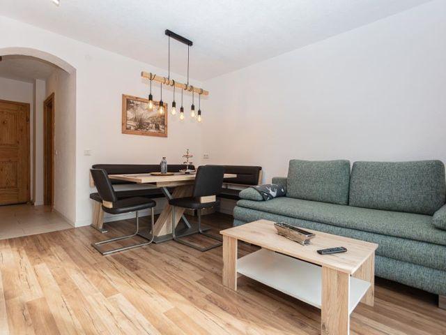 esstisch-wohnzimmer-couch.jpg