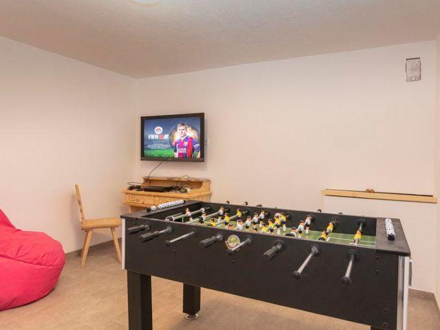 fernseher-tischfussball-playstation.jpg
