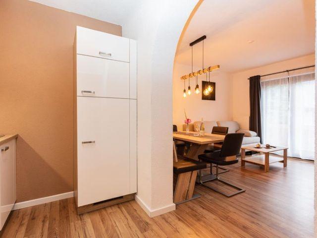 kuehlschrank-kueche-wohnzimmer.jpg