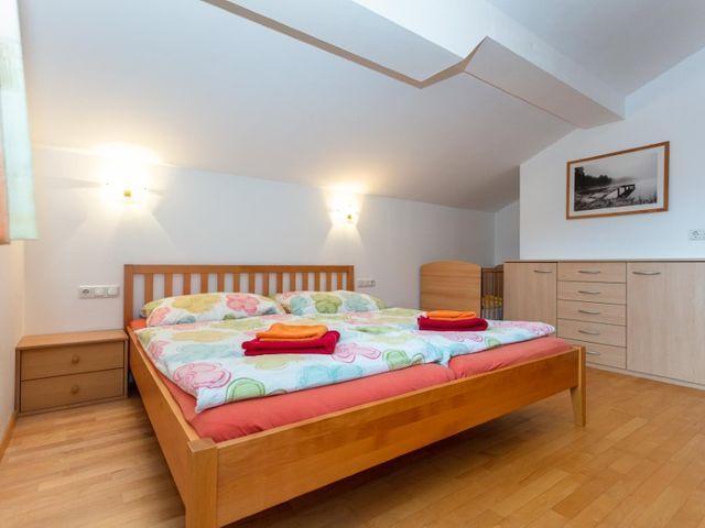 biobauernhof-bramberg-ferienwohnung-doppelbett.jpg