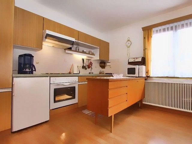 Die Küche mit Herd, Ofen und Kühlschrank