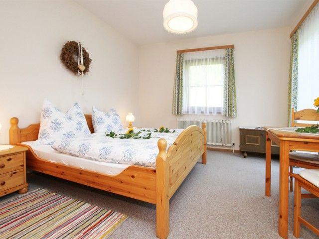 helles und freundliches Doppelbettzimmer