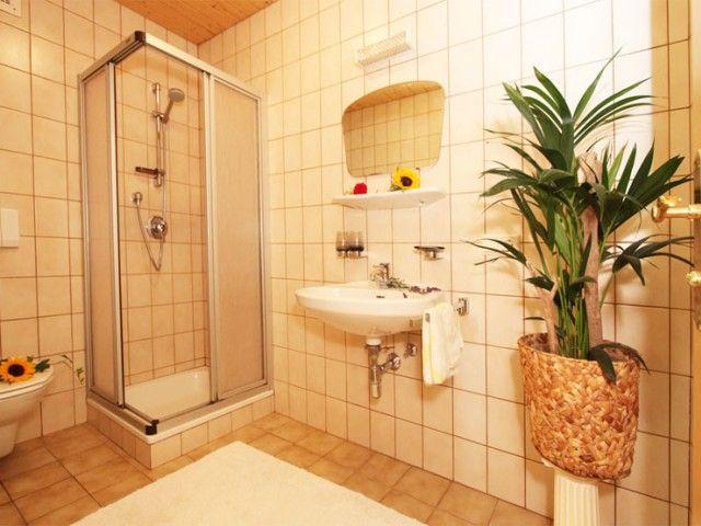 Badezimmer mit WC und Dusche