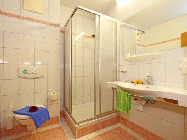Zimmer mit Badezimmer WC und Dusche